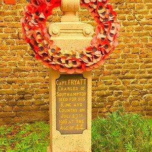 Dit van de gedenkzuilen voor de verzetslieden die tijdens de Eerste Wereldoorlog in Brugge werden gefusilleerd. Deze zuil staat bij de muur waar kapitein Fryatt werd gefusilleerd. De Great Eastern Railway Cy, waarbij Fryatt in dienst was, voorzag fondsen voort de oprichting van het Beluik van de Gefusilleerden.