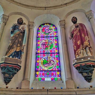 Purement néo-romane, cette église Saint-Oustrille en décline toutes les spécificités. Les trois vaisseaux de la nef sont voûtés en arêtes, avec arcs de plein cintre pour les arcatures, les arcs-doubleaux et les ouvertures. Le vaisseau central et les collatéraux se terminent à l'est par une abside et des absidioles voûtées en demi-coupoles. Le réemploi de colonnes et d'arcs en grès rose de l'ancienne église donne à cette nouvelle église une élégance et un cachet particuliers.