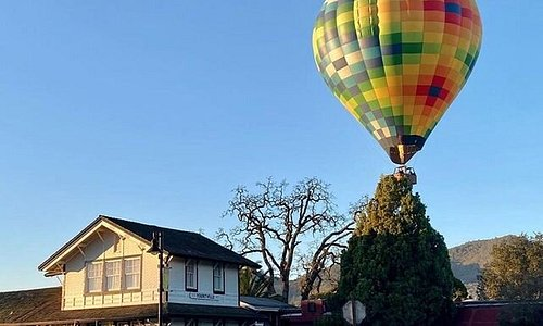 Take a break from your morning routine and look to adventure! #Hotairballoons soar through our skies most mornings and inspire an early wake-up and get up (up) and go.  yountville.com/balloon-rides #TasteLifeHere