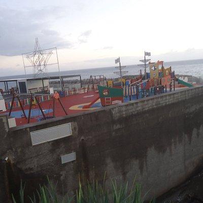 Cały plac zabaw dla dzieci umieszczono na potężnej betonowej platformie nad brzegiem Oceanu . Patrząc z tej strony widzimy jakie ilości betonu tu wylano .