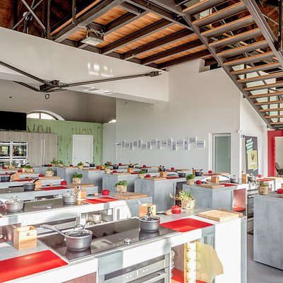 Masters Classroom: a large area with 24 cook stations equipped with the best technologies and home tools, allow up to 100 people to cook and a maxi screen that projects in real-time the movements performed by the chef.
