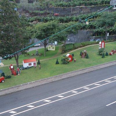Główna część ulicy na wysokości ratusza cała w kolorowych i zabawnych dekoracjach