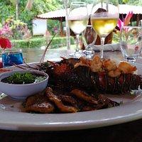 langosta fresca local , un kilo de langosta para comer 2 personas al estilo romántico, acompañada con 2 guarniciones .