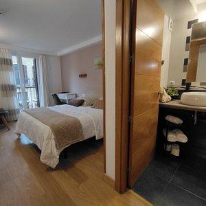 Habitación doble con baño privado y balcón Arena