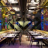 When night falls, like a true chameleon, Mitzo takes on the persona of a modern supper club, blurring the lines between restaurant, cocktail bar and club.