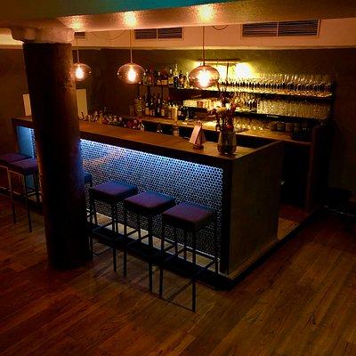 Diese stilvolle Theke empfängt und überrascht auf positive Weise einen nach dem Treppengang in den Keller. Man erwartet nicht eine Großstadt-Bar, die die ACHT jedoch mit ihrem geschmackvollen Ambiente verkörpert.