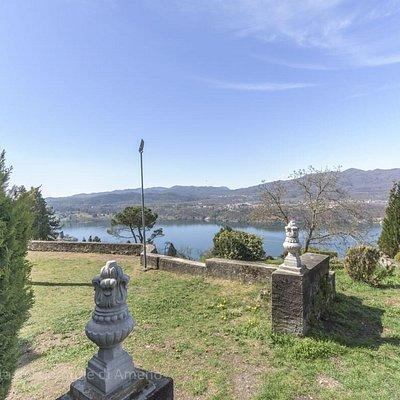 La veduta sul Lago d'Orta dalla Chiesa di S.Antonio Abate a Vacciago - frazione di Ameno.