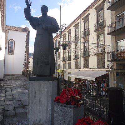 Pomnik papieża umieszczono po prawej stronie wejścia do katedry .