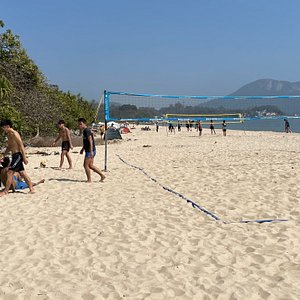Upper Cheung Sha beach is a relatively quiet and long stretch of beach on the southern side of Lantau Island.  A small headland separates it from Lower Cheung Sha beach but a small track leads between the two beaches.