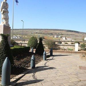 L'arrière plan de ce monument est magnifique car on peut y voir les vignes.