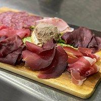 Antipasto misto della casa: patè di cervo fatto in casa, luganega, prosciutto di cervo, carpaccio di carne salada, speck.