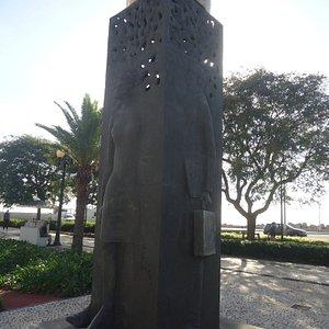 Tak od frontu prezentuje się ten pomnik . Biznesmen , ale i dżentelmen kobietę ma po swej prawej stronie .