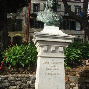 Pomnik w formie popiersia z brązu na cementowym cokole i tylko z krótką informacją komu poświęcony .