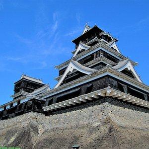 波乱と栄華に満ちた「熊本城」400年のものがたり。慶長12(1607)年、茶臼山と呼ばれた台地に加藤清正が当時の最先端技術と労力を投じた、名城熊本城が完成します。以後、熊本城は400年に亘る日本の様々な歴史の重要な舞台となっていきます。加藤清正から細川氏、宮本武蔵、谷干城など歴史に名を刻んだ歴史ドラマの主人公たちが繰り広げる熊本城400年の歴史をお楽しみ下さい。