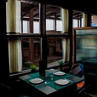 Las vistas del restaurante desde el interior mejoran con la nueva terraza, siguiendo el estilo en madera y con separación respetando las medidas COVID