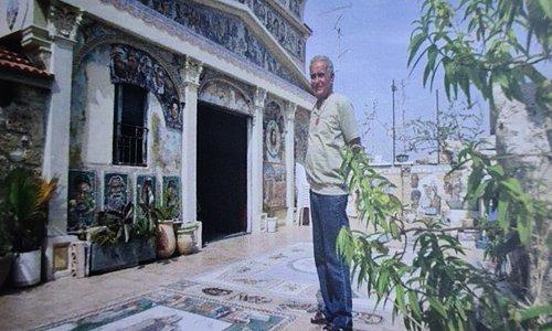 """לקוח מחוברת המוזיאון. בתמונה האומן יוסי לוגסי ז""""ל בחצר הבית."""