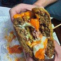 Pão australiano,  cheddar cremoso e catupiry empanado.