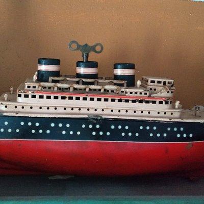Juguete antiguo de lámina , barco TransAtlantico de cuerda y funcionando , puedes encontrarlo en  @Cafe te arte  Cel 9993708277