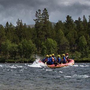 For private grupper tilpasser vi vanskelighetsnivået hvordan dere ønsker turen.. Det er forskjellige utfordringer som gjestene kan oppleve på elva i båten, for eksempel å surfe på bølger med raftingbåten og vende båten med vilje med.