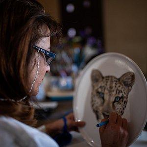 Marisa, licenciada en Bellas Artes y dueña de Arte y Pureza, realizando la pintura a mano de una vajilla de cerámica.
