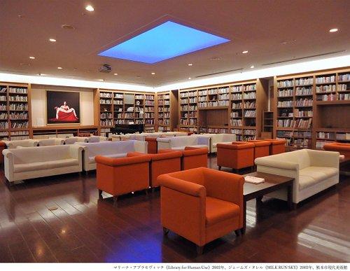 【ホームギャラリー】美術書だけでなく、衣食住に関する書籍から漫画までを取りそろえた図書室で、音楽や映像も楽しむことができる憩いの空間です。 実際に人が横になることもできるユニークな本棚と光の天蓋が人々の心を癒します。あなたの心をくすぐる1冊が見つかるかもしれません。