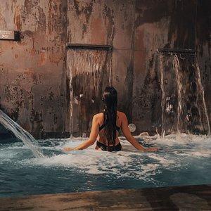 En nuestro S.P.A experimentarás los beneficios del agua a través de una terapia manual realizada en baños termales a diferentes temperaturas.