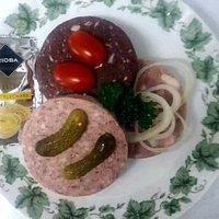 Unser Hausmacher-Teller, serviert mit Brot und Butter