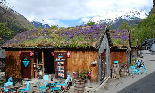 A beautiful 17th of May day with the grass roof of the chocolate factory covered with violets. A taste decoration for our cakes.