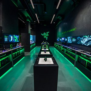 TOUCH. PLAY. STAY. Designed to be the pinnacle of our global retail presence, RazerStore London is also our first store in Europe. Sprawled across two floors with 3,700 square feet of floor space, every inch of it is designed for one purpose: to provide a truly gamified shopping experience.