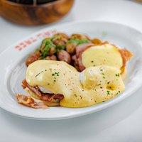 Hau Tree's famed Eggs Benedict