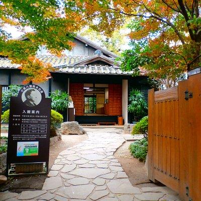 怪談集「耳なし芳一」「雪女」で有名な小泉八雲(ラフカディオ・ハーン)が、明治24年、五高(現熊本大学)の英語教師として赴任し、3年間を熊本で過ごしました。八雲は日本人女性を妻に持ち、長男も熊本で誕生しました。最初の1年間を過ごした家が記念館となっています。【入館料のご案内】<個人>高校生以上:200円/小中学生:100円<団体(30名以上)>高校生以上:160円/小中学生:80円※熊本市内の小中学生及び65歳以上の方、各種障碍者手帳をお持ちの方(市内に限らず)などは証明書ご提示の上、無料で入館いただけます。