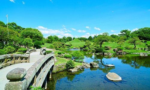 初代熊本藩主だった細川忠利公の時代に作庭が始まり、3代目・綱利公の頃、現在と同じ規模の庭園が完成。「水前寺成趣園」と名付けられました。熊本のお殿様に代々愛されてきた庭園は、1929年に国の名勝・史跡に指定。年間を通じて、「水前寺まつり」(3月)、「ゆかた月間」(8月)など、地域と連携した様々なイベントが催され、多くの観光客でにぎわっています。30~40分ほどで散策できる園内には、歴代の藩主14柱とガラシャ夫人が奉祀されている出水神社がございます。