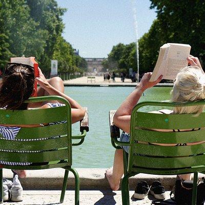 twee mensen in groene stoelen die aan het lezen zijn
