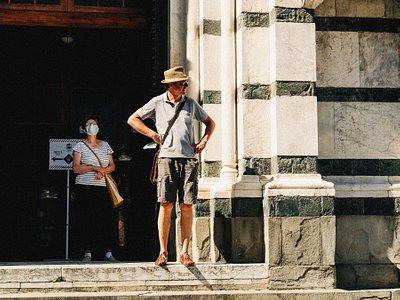 Hombre de pie delante de un edificio