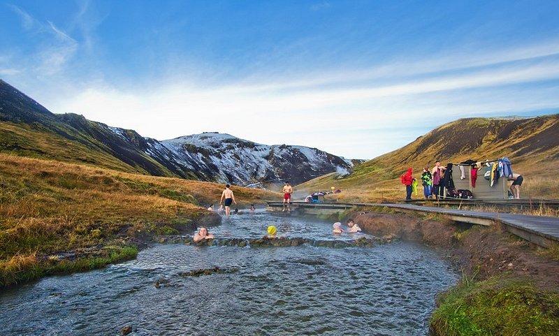 Besucher in den heißen Quellen von Reykjadalur