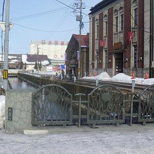 雪の残る橋
