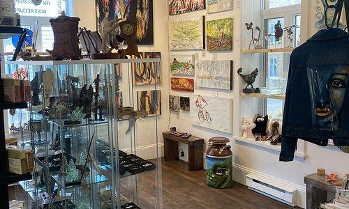Intérieur de la boutique La cache aux trésarts où sont vendues de multiples créations et oeuvres d'art d'artistes québécois.