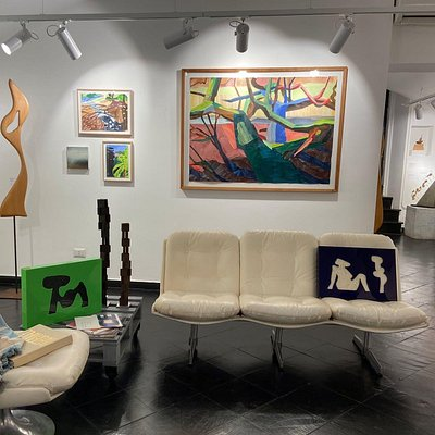 una delle sale espositive della galleria, in cui troverete artisti contemporanei e del territorio