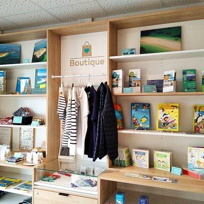 L'espace boutique de l'office de tourisme de La Forêt-Fouesnant.