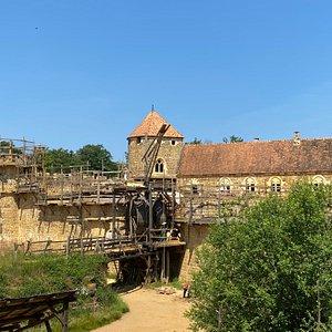 Au cœur d'une carrière boisée, nous bâtissons un château fort comme au Moyen Âge