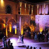 Tutti a ballare nella corte che con le luci del dj si trasforma in un set fiabesco per le danze.
