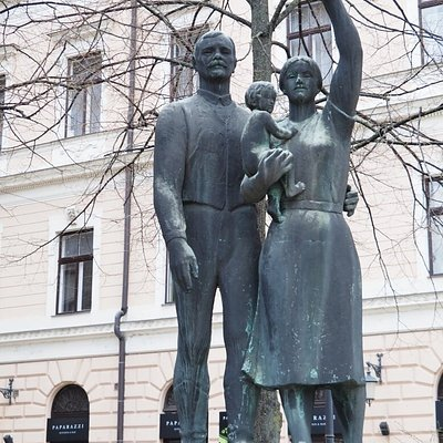 Debreceni család - volt felszabadulási emlékmű