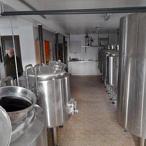Kom på rundvisning i vingården eller i bryggeriet med smagning af vores dejlige vin eller øl bagefter.