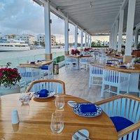 Nuestra terraza es el espacio preferido de nuestros clientes. Esta tiene todo lo que se necesita para pasar un momento memorable (buen ambiente, vista a la marina, un clima cálido y buenas vibras).