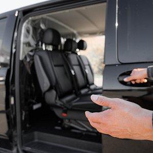 Bienvenue à bord de Taxi Van Disney Paris, véhicule pouvant prendre jusqu'à 8 personnes pour toutes destinations disposant d'un siège auto et réhausseur.