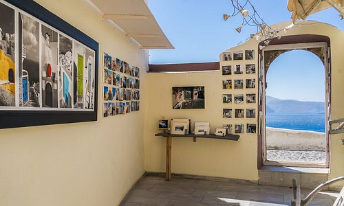 Oia Santorini Art Gallery with caldera overlook. Fine art prints of Santorini in all sizes, easy for travel and worldwide shipping.