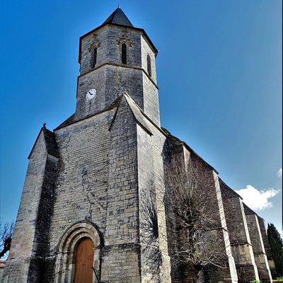 Essentiellement gothique, elle garde quelques vestiges de l'église primitive. L'église était exceptionnellement fermée le jour de mon passage, la mairie aussi. Une communication téléphonique avec la mairie m'a confirmé le côté accidentel de cette situation. L'église est habituellement ouverte aux visiteurs. Je me suis contenté des extérieurs, je repasserai à l'occasion. Construite au 13ème siècle, fortifiée et détruite pendant la guerre de cent ans, elle fut reconstruite au 15ème siècle.