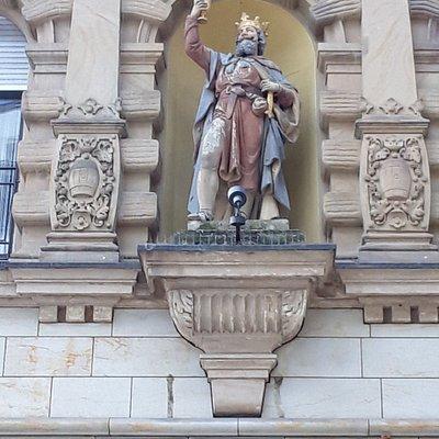 Die Bacchusstatue befindet sich an der Fassade im 1. OG.