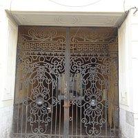 Ворота во двор, Доходный дом Г.И. Гансена, Малая Конюшенная ул., 1