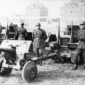 Entre-deux-guerres: canon antichar de 4,7 cm et le tracteur VCL Utility (1er Régiment de Lanciers)